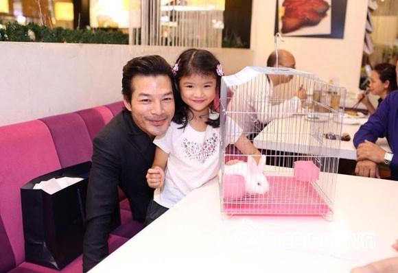 Trần Bảo Sơn và con gái 0