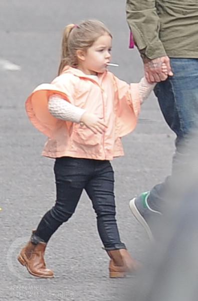 Harper tung tăng đi dạo cùng bố 1