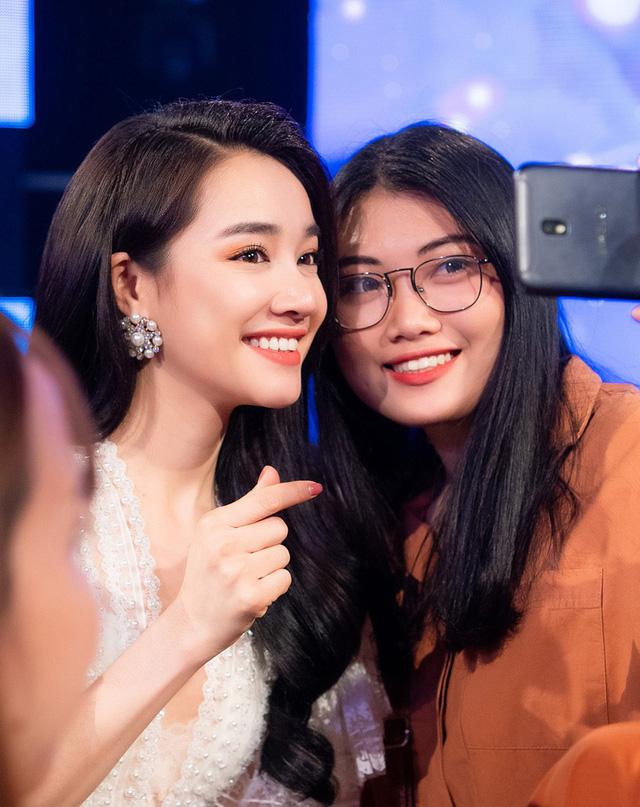 Nữ diễn viên thoải mái chụp ảnh cùng người hâm mộ