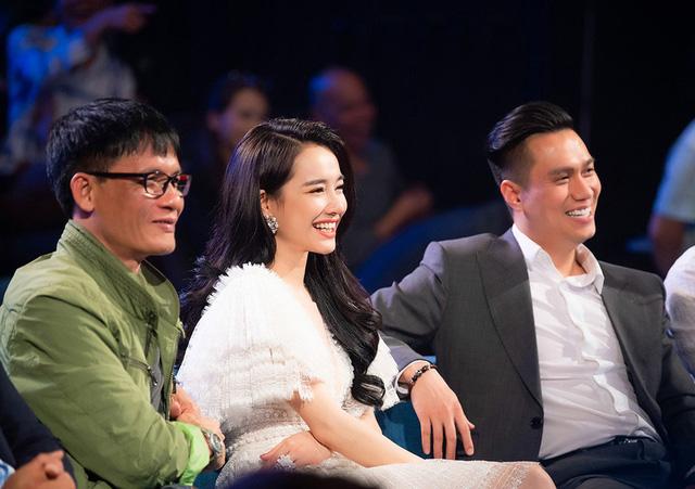 Sau màn giới thiệu, cô cùng các giám khảo khác vào vai trò của mình khi góp ý, đánh giá những phần thi của các khán giả ngay tại sân khấu và chính thức khởi động cuộc thi.