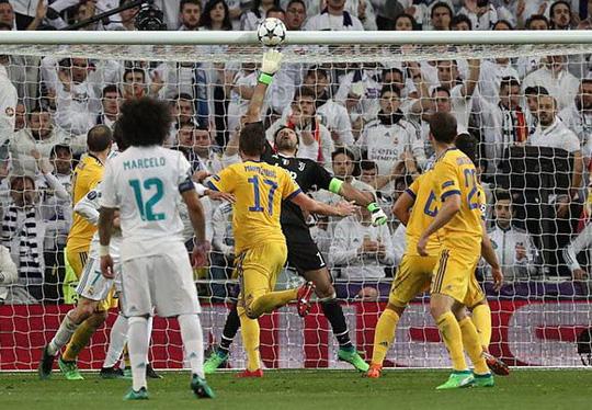 Nhận thẻ đỏ phút 90+4, Buffon gọi trọng tài là cầm thú - Ảnh 2.