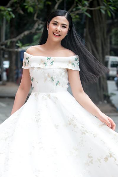 Ngọc Hân diện váy trắng tới buổi họp báo chiều 14/4 ở Hà Nội. Ảnh: HBN.