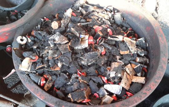 Kinh hoàng cà phê tẩm nhuộm chất độc từ viên pin - Ảnh 1.