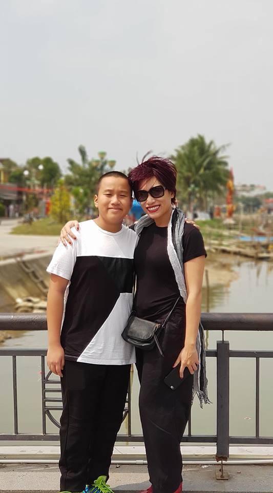 Trần Ly Ly và con trai đầu.