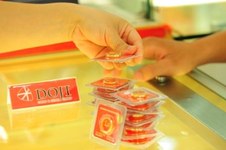 Mua bán vàng nhẫn tròn trơn tại DOJI. Ảnh: PV.