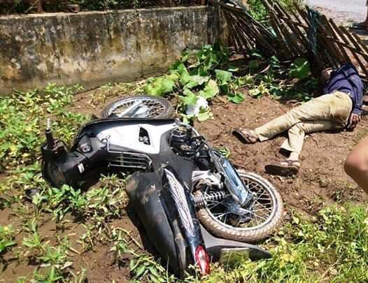 Người đàn ông cùng xe máy bị người dân bắt giữ.