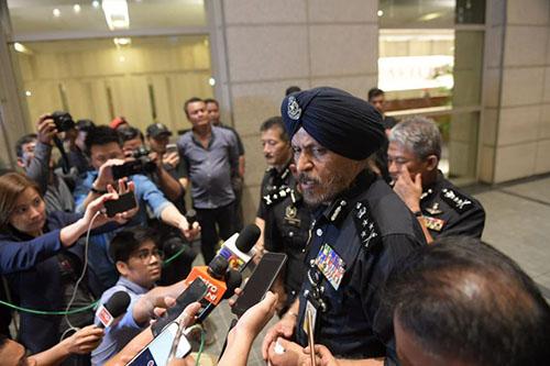 Amar Singh,giám đốc điều tra tội phạm thương mại, trả lời báo chí sau cuộc khám xét vào ban đêm ngày 17/5. Ảnh: Straits Times.