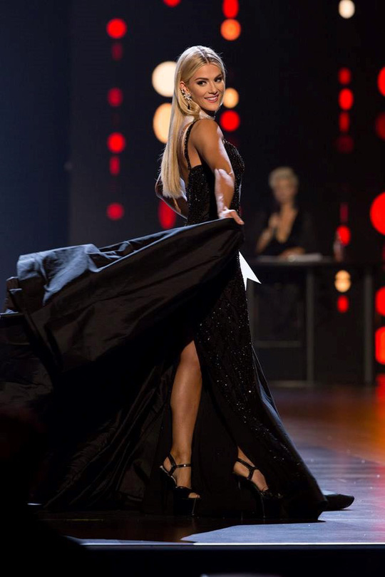 Ứng xử khéo, cô gái cao 1,65 m thành Hoa hậu Mỹ - Ảnh 2.