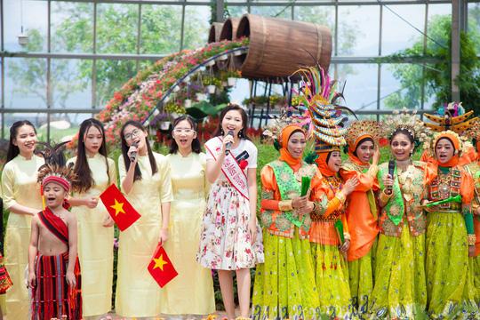 Hoa hậu Hoàn vũ nhí Ngọc Lan Vy biểu diễn cùng 100 thiếu nhi thế giới - Ảnh 4.