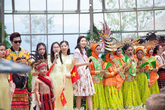 Hoa hậu Hoàn vũ nhí Ngọc Lan Vy biểu diễn cùng 100 thiếu nhi thế giới - Ảnh 3.