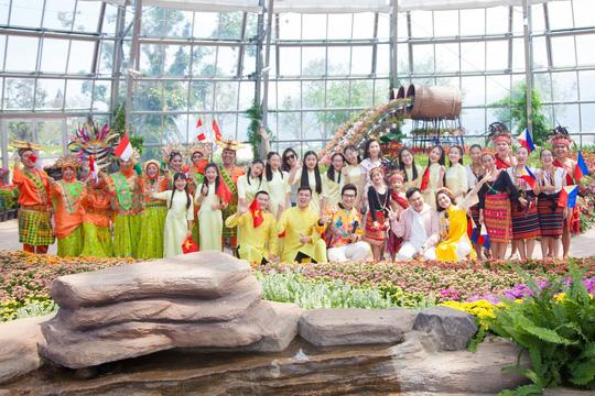 Hoa hậu Hoàn vũ nhí Ngọc Lan Vy biểu diễn cùng 100 thiếu nhi thế giới - Ảnh 2.