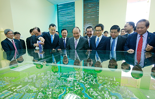 Thủ tướng Nguyễn Xuân Phúc, Phó Thủ tướng Vũ Đức Đam nghe báo cáo vềthu hút đầu tư tại Hòa Lạc. Ảnh: Lê Loan.