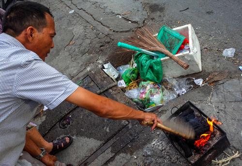 Miệng cống thoát nước ở Sài Gòn đang trở thành nơi tập kết rác. Ảnh: Thành Nguyễn