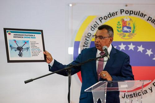 Bộ trưởng Nội vụ Venezuela Nestor Reverol công bố hình ảnh mẫu UAV được sử dụng trong vụ tấn công. Ảnh: