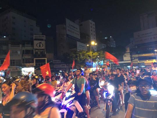 TP HCM vỡ òa sau chiến thắng lịch sử của Olympic Việt Nam - Ảnh 1.