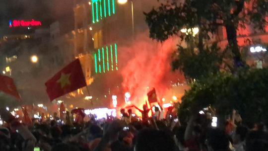 TP HCM vỡ òa sau chiến thắng lịch sử của Olympic Việt Nam - Ảnh 2.