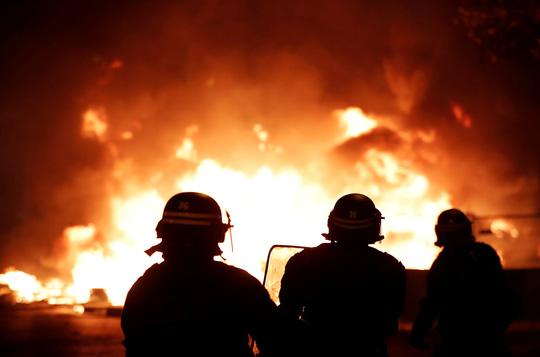 Lửa và đụng độ: Điều gì diễn ra trong cuộc biểu tình chống tăng giá xăng ở Pháp? - Ảnh 1.