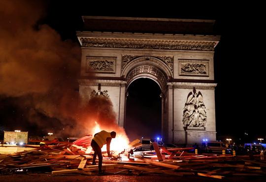 Lửa và đụng độ: Điều gì diễn ra trong cuộc biểu tình chống tăng giá xăng ở Pháp? - Ảnh 3.
