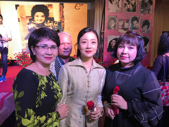 Nhiều nghệ sĩ mang hoa hồng dự giỗ thứ 40 NSƯT Thanh Nga - Ảnh 3.