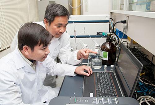 PGS Trần Đăng Xuân (bìa phải) và nghiên cứu viên tại Phòng thí nghiệm sinh lý, thực vật và hóa sinh.