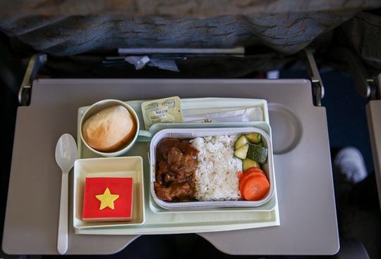Bật mí những chuyến bay như chuyên cơ đưa tuyển Việt Nam du đấu - Ảnh 6.