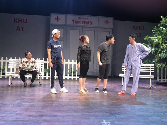 Minh khùng Hoài Linh khiến khán giả khóc cười đầu năm - Ảnh 3.