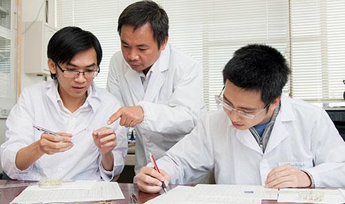 PGS Trần Đăng Xuân (giữa) và nghiên cứu viên tại phòng thí nghiệm. Ảnh: Đại học Hiroshima.