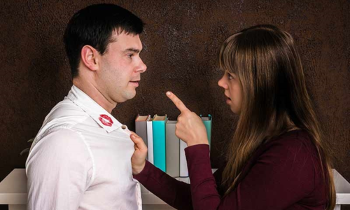 Khi vợ phát hiện vết son trên áo chồng