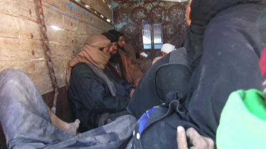 Syria: 3.000 tay súng IS tại thành trì cuối cùng lũ lượt ra hàng - Ảnh 1.