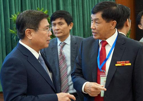 Chủ tịch UBND TP HCM Nguyễn Thành Phong (trái) trao đổi với kiều bào. Ảnh: Mạnh Tùng.