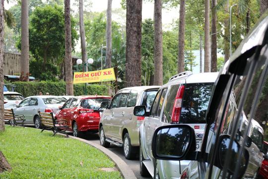 TP HCM: Lập hẳn bãi giữ ôtô tự phát trong công viên Tao Đàn và chặt chém? - Ảnh 1.