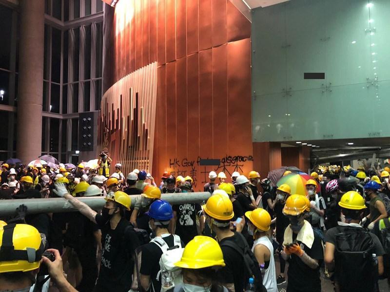 Bạo động ở Hong Kong, đám đông đập phá Hội đồng lập pháp - ảnh 1
