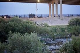 Perez nắm tay con trai chạy vào bụi cây rậm bên sông và vượt biên vào Mỹ hôm 22/7. Ảnh: Reuters.