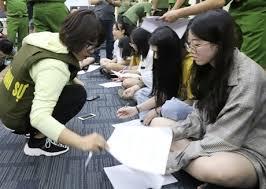 Trong số 380 người Trung Quốc bị công an Việt Nam bắt liên quan đến đường dây cờ bạc, cá độ công nghệ cao xuyên quốc gia, có nhiều nghi phạm nữ ở tuổi ngoài 20. Ảnh: CTV
