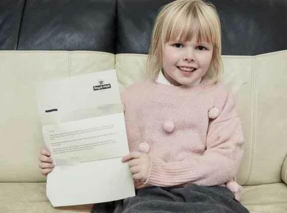 Hollie Morgan chụp ảnh cùng bức thư do hãng bưu chính Royal Mail hồi đáp. Ảnh: Caters.