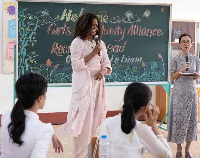 Khoảnh khắc ấn tượng của bà Obama, sao Hollywood gốc Cần Thơ khi đến Việt Nam - ảnh 1