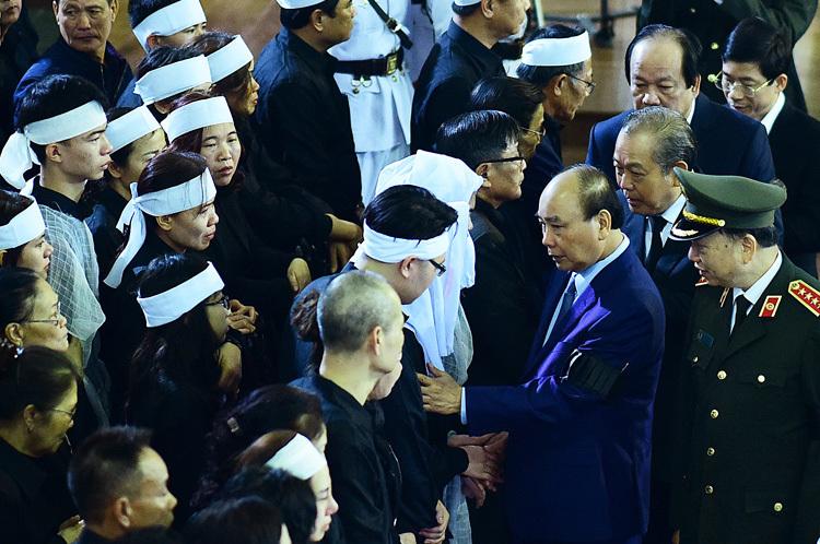 Thủ tướng Nguyễn Xuân Phúc chia sẻ cùng gia quyến ba công an hysinh. Ảnh: Giang Huy