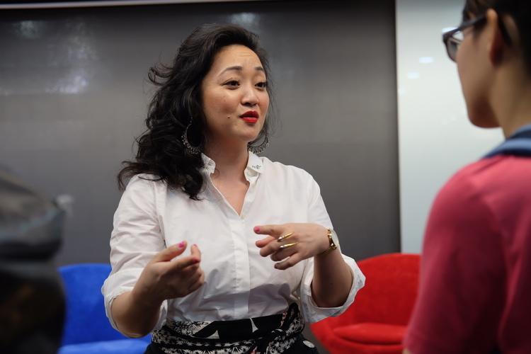Nhà hoạt động chống buôn người Mimi Vũ trao đổi với khán giả tham gia sự kiện Việt kiều tại Việt Nam: Hiện tại và 25 năm tiếp theo ở TP HCM tối 15/1. Ảnh: Nhật Duy.