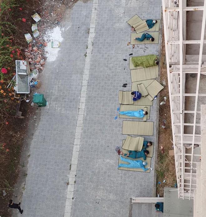 Ảnh tình nguyện viên nằm ngủ trong khu cách ly khiến nghệ sĩ Việt rơi nước mắt - ảnh 2