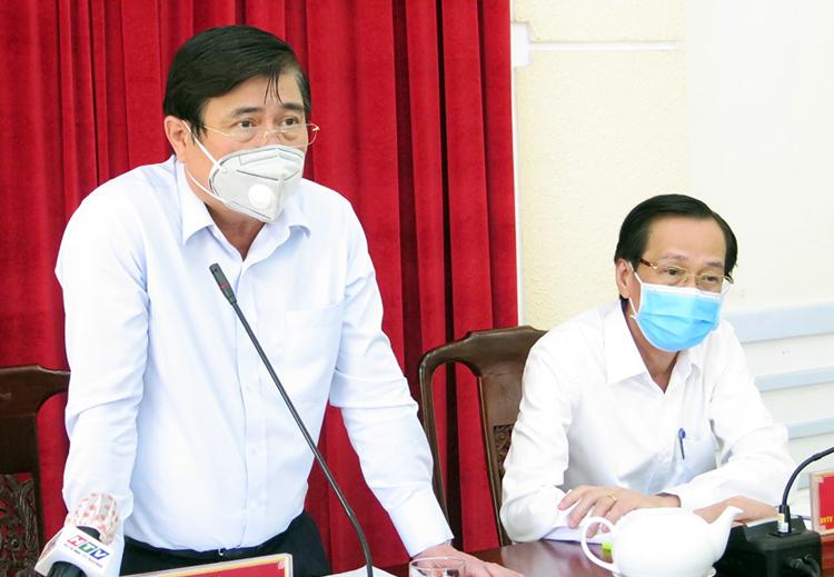 Chủ tịch UBND TP HCM Nguyễn Thành Phong (đứng) và Phó chủ tịch thường trực Lê Thanh Liêm tại buổi làm việc. Ảnh: Trung Sơn