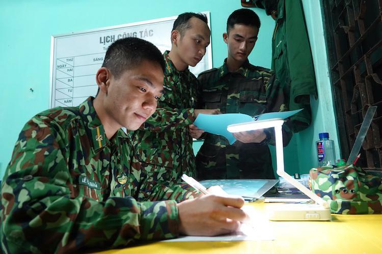Từ trái qua là học viên Lê Phúc Nghĩa, Hoàng Như Thanh, Trương Trùng Dương tranh thủ giờ nghỉ giữa hai ca gác, được về trụ sở của Đồn ôn bài. Ảnh: Hoàng Thuỳ