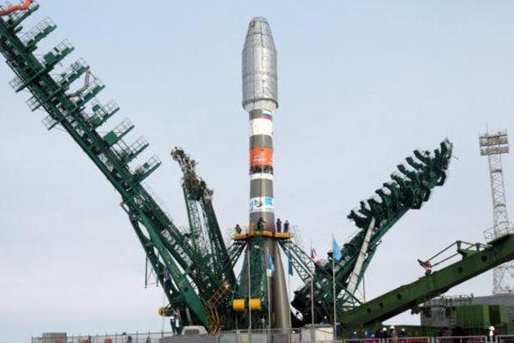 Tên lửa Soyuz mang 34 vệ tinh chuẩn bị rời bệ phóng ởKazakhstan. Ảnh: UPI.