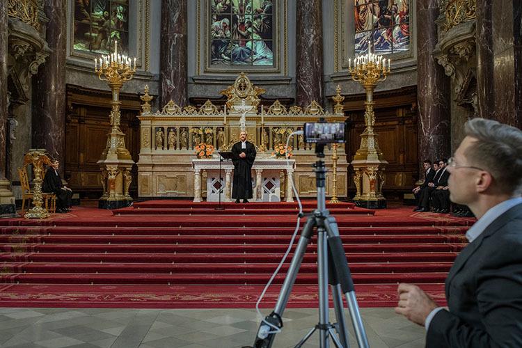 Một cha xứ ở Berlin, Đức giảng đạo thông qua nền tảng phát trực tuyến. Ảnh: NY Times.