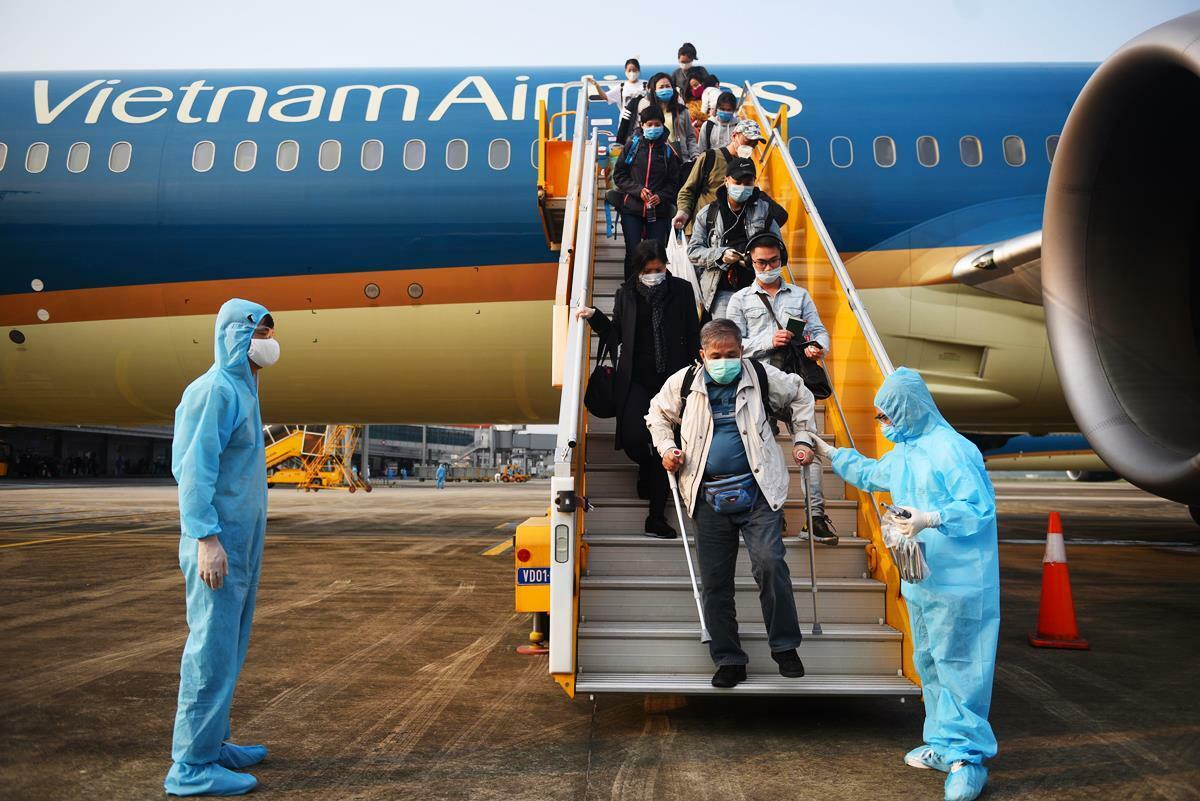 Người Việt từ châu Âu về nước trên chuyến bay sáng nay. Ảnh: Bình Minh