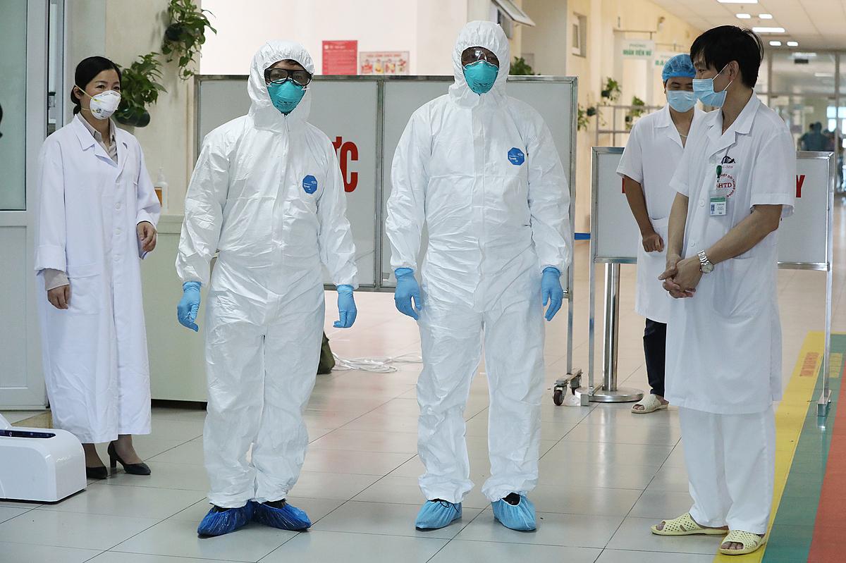 Thứ trưởng Y tế Nguyễn Trường Sơn (giữa) thăm bệnh nhân Covod-19, tại Bệnh viện Bệnh nhiệt đới Trung ương. Ảnh: Ngọc Thành.