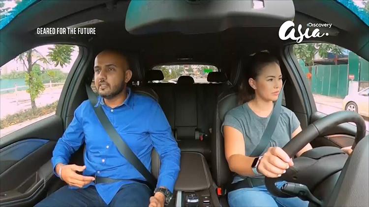 Keshvinder Singh và nữ tay đua Claire Jedrek lái thử xe VinFast tại Việt Nam.