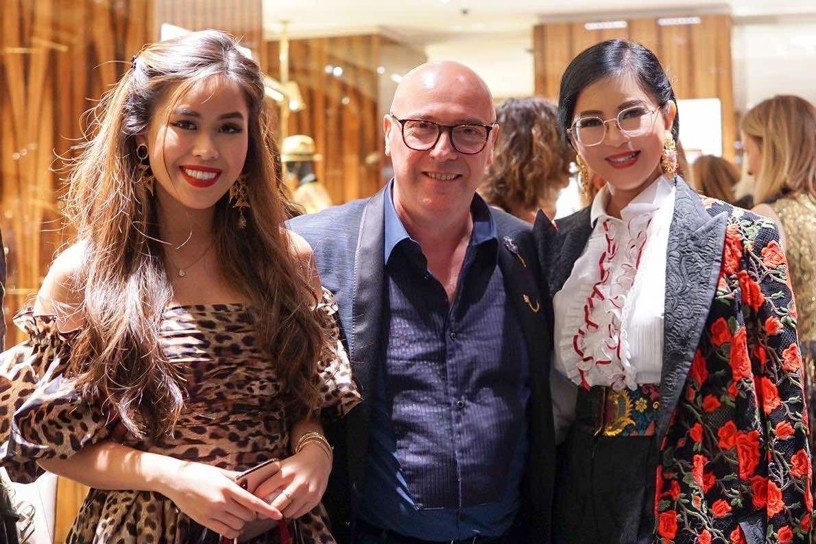 Mẹ con Thủy Tiên - Thảo Tiên gặp gỡ nhà thiết kếDomenico Dolce (chủ thương hiệu Dolce & Gabbana)Milan Fashion Week tháng 9/2019. Năm nay, mẹ bận nên chỉ có cô dự các tuần thời trang ở châu Âu. Ảnh: Alec.
