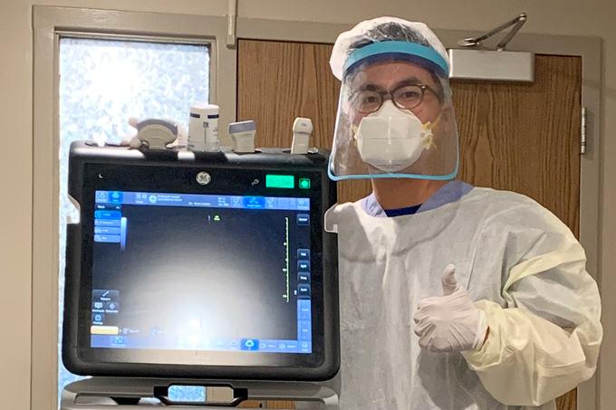 Trung Lê với chiếc máy siêu tâ tại giường cậu yêu thích nhất trong ba năm làm việc, để giúp anh làm thủ thuật, theo dõi đáp ứng huyết động, hỗ trợ chẩn đoán. Ảnh: Nhân vật cung cấp.