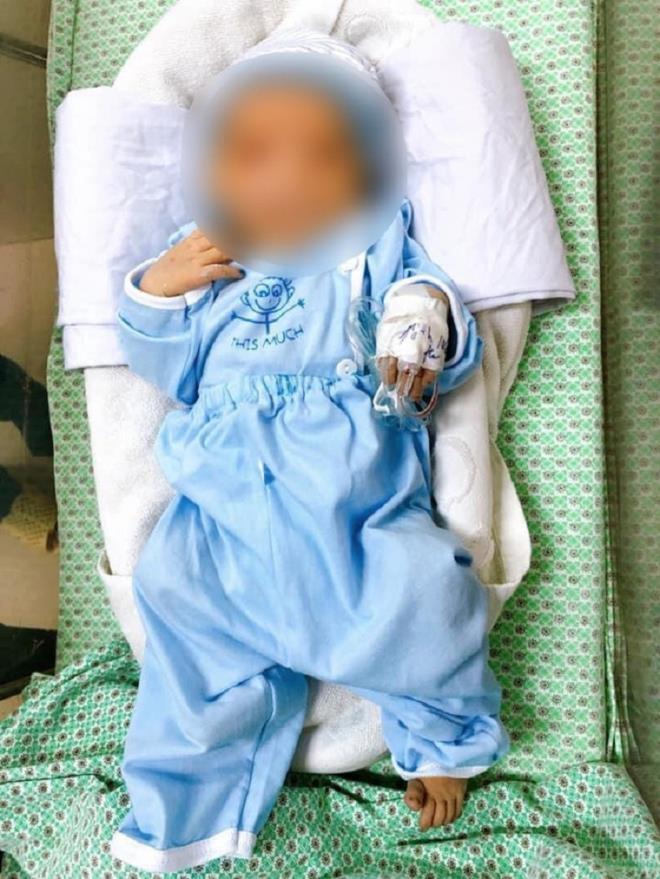 Bé sơ sinh bị bỏ rơi dưới hố gas dưới nắng nóng qua đời: Cần khởi tố người mẹ - 1