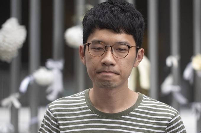 Nathan Law bên ngoài tòa nhà của Hội đồng Lập pháp Hong Kong năm ngoái. Ảnh: AFP.